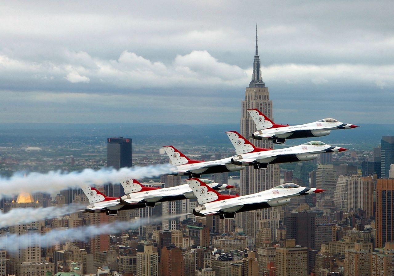 General Dynamics F-16 Fighting Falcon de la patrouille Thunderbirds en formation