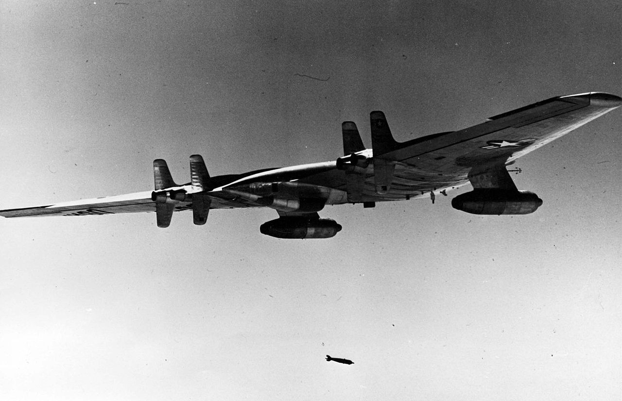 Northrop B-49 (YRB-49A) larguant une bombe flash
