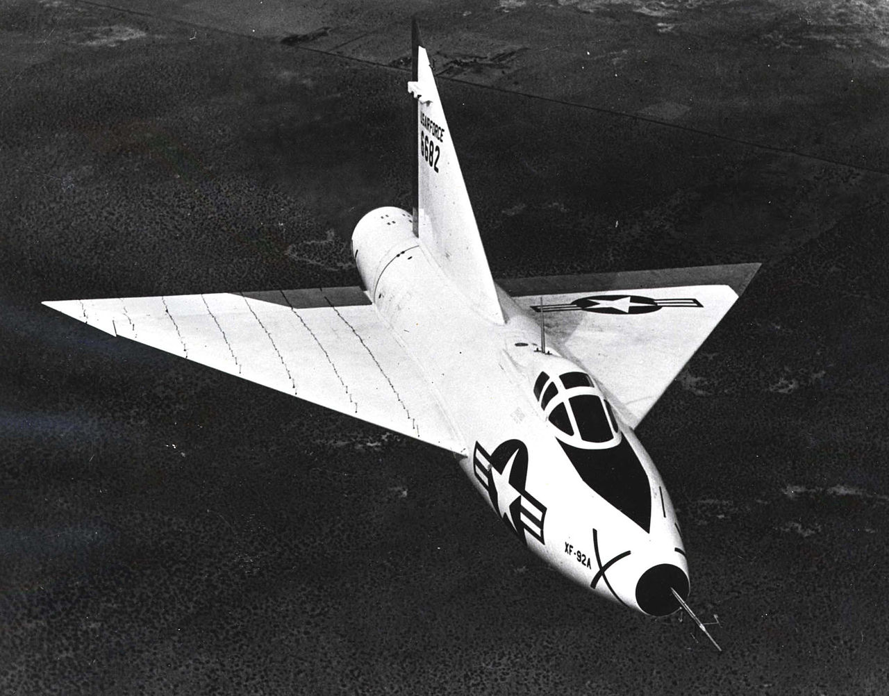 Convair XF-92A Dart en vol de face