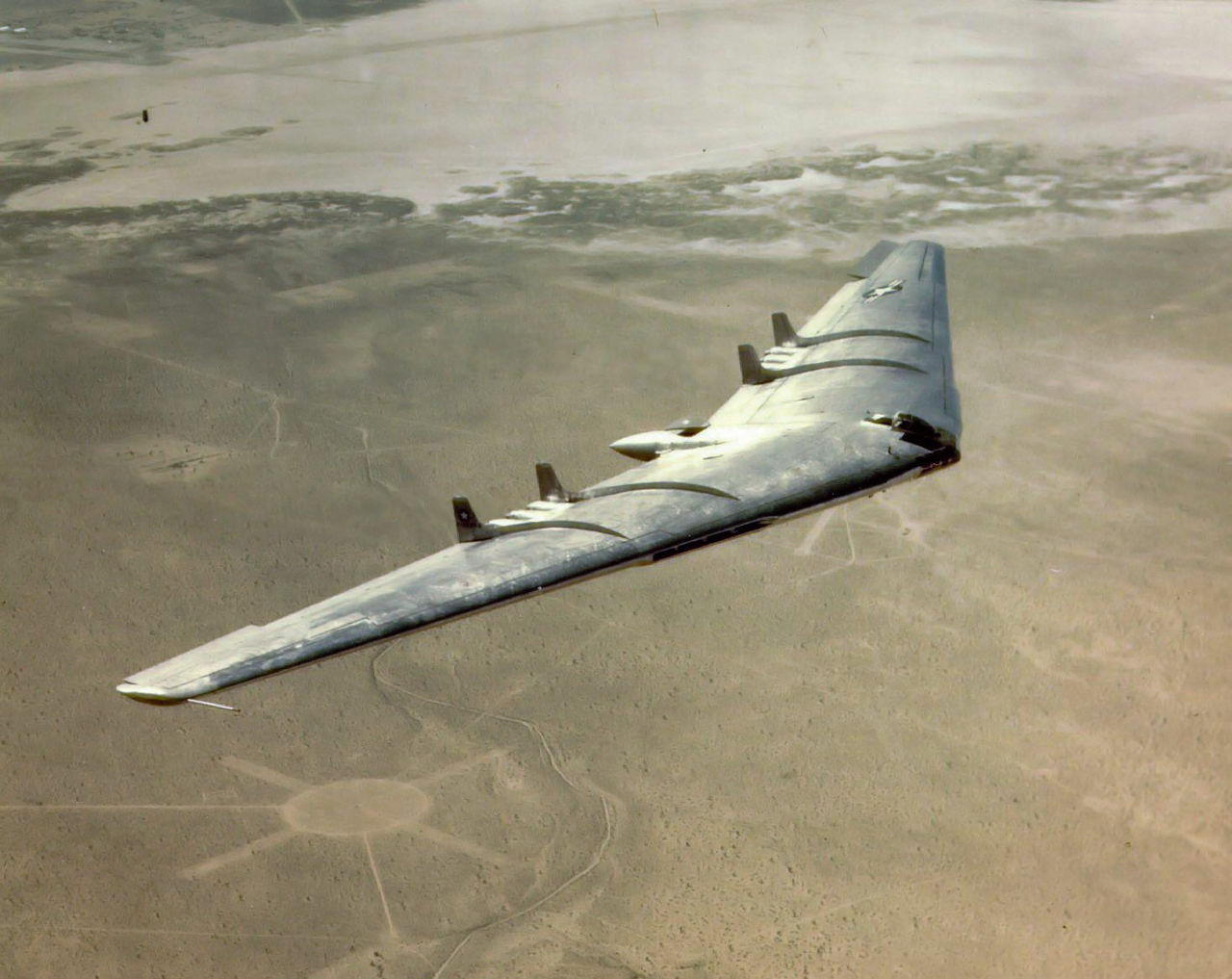Northrop B-49 (YB-49) en vol en couleurs