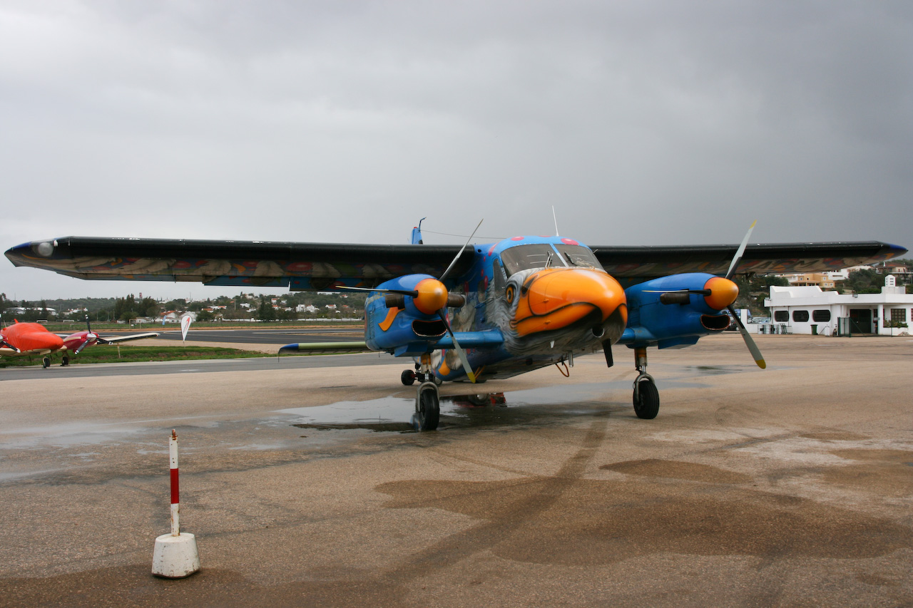Dornier Do 128 Turbo Skyservant décoré vu de l'avant