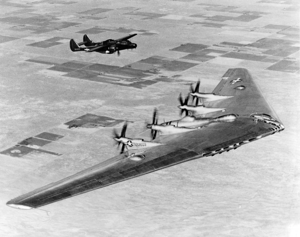 Northrop B-35 (XB-35) escorté