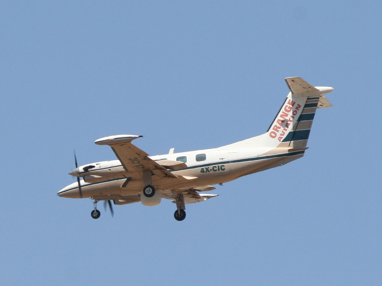 Piper PA-42 Cheyenne en vol train sorti