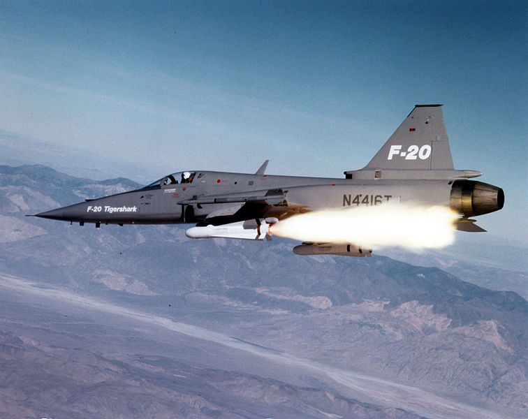Northrop F-20 Tigershark tirant un Maverick