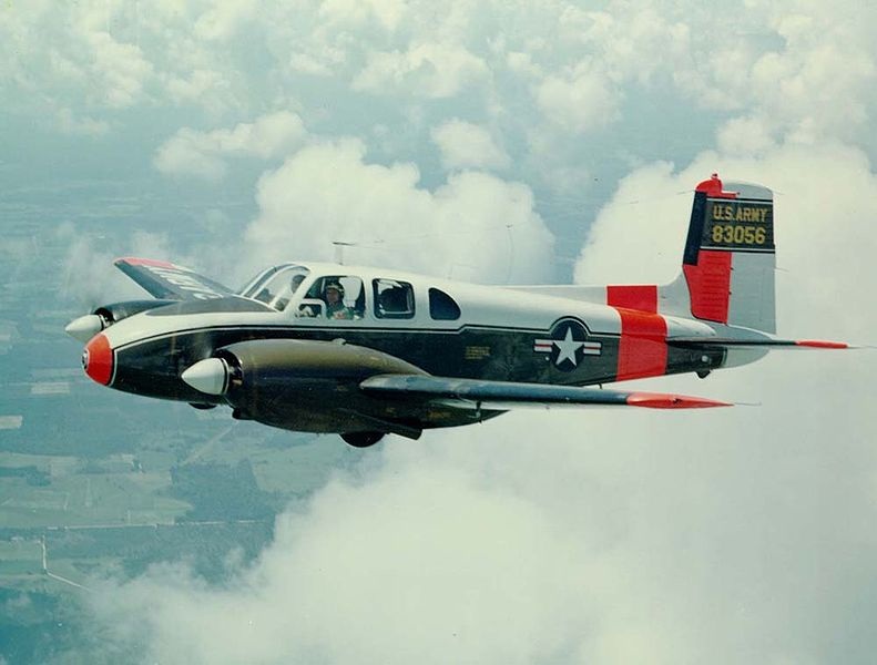 Beech U-8D Seminole de l'US Army en vol