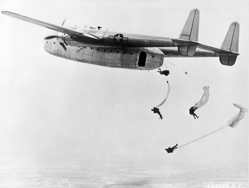 Fairchild C-82 Packet de l'USAF larguant des parachutistes