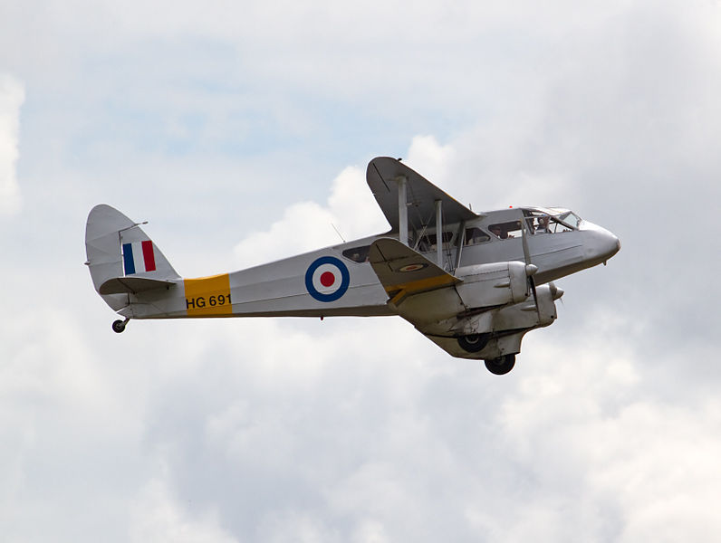 De Havilland DH-89 Dragon Rapide aux couleurs de la RAF en vol