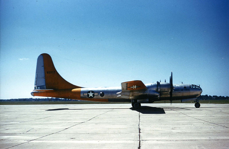 Boeing B-50A Superfortress de l'USAF au sol en couleurs