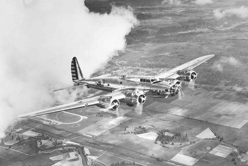 Boeing B-17 Flying Fortress (YB-17) en vol