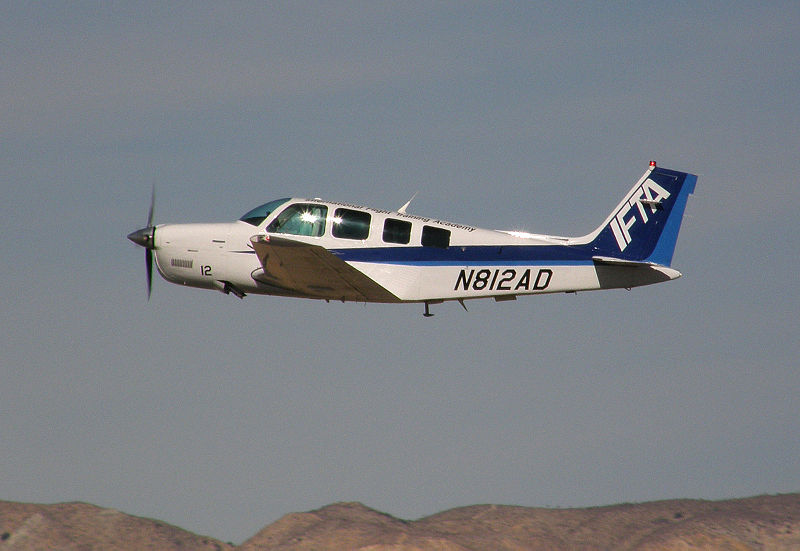 Beech A36 Bonanza civil en vol