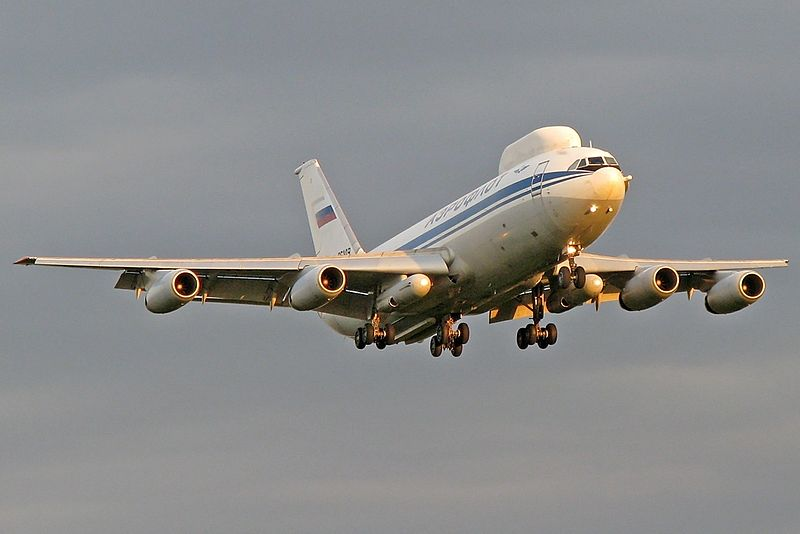 Iliouchine Il-80 russe en vol vu de face