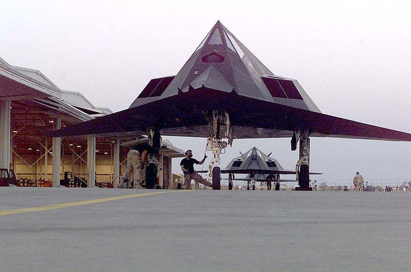 Lockheed F-117A Night Hawk au sol vu de front