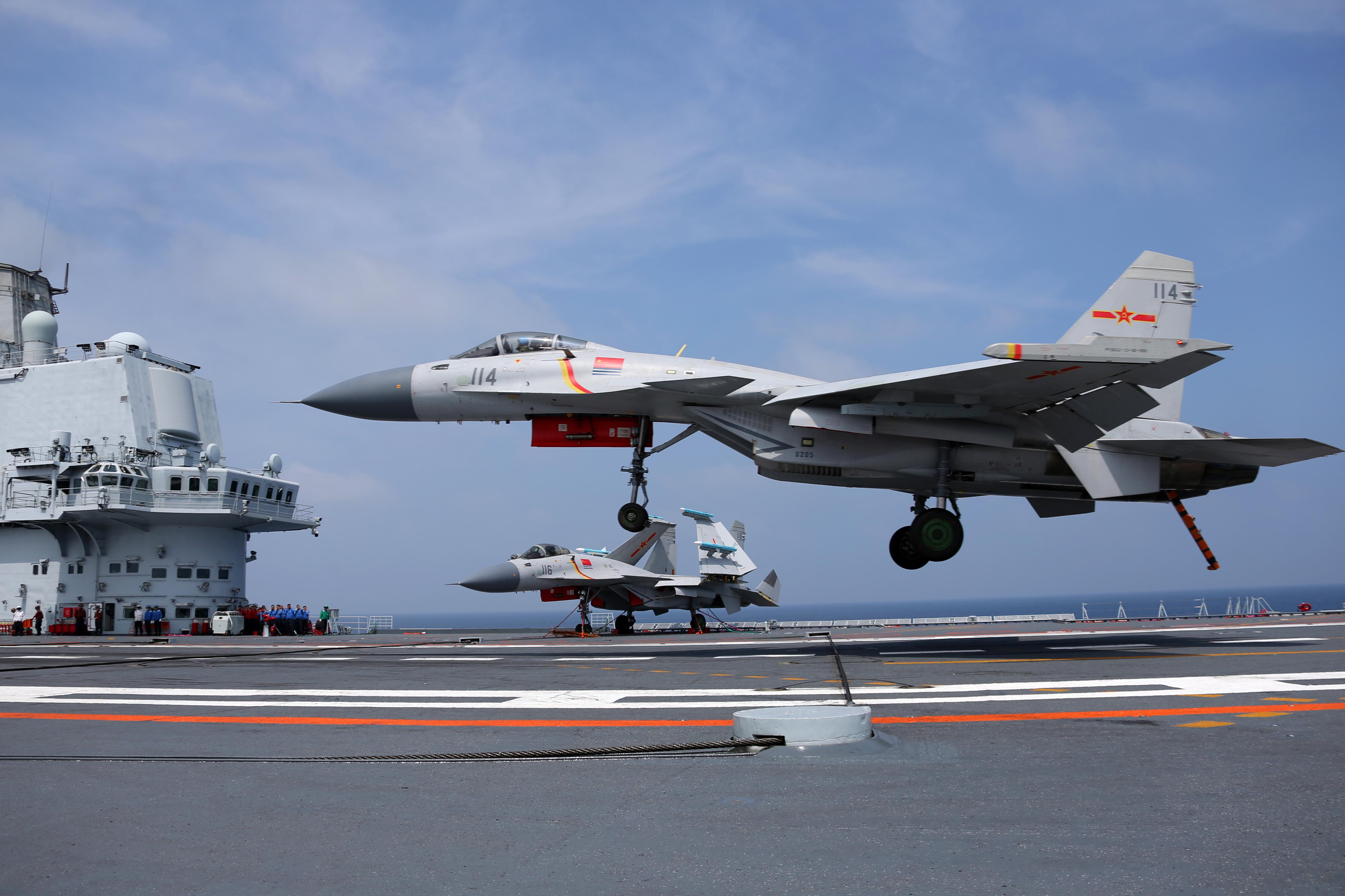 Shenyang J-15 Flying Shark à l'atterrissage