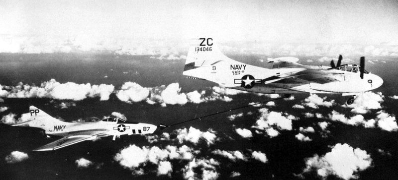 North American A-2B Savage de l'US Navy ravitaillant un F-9 Cougar