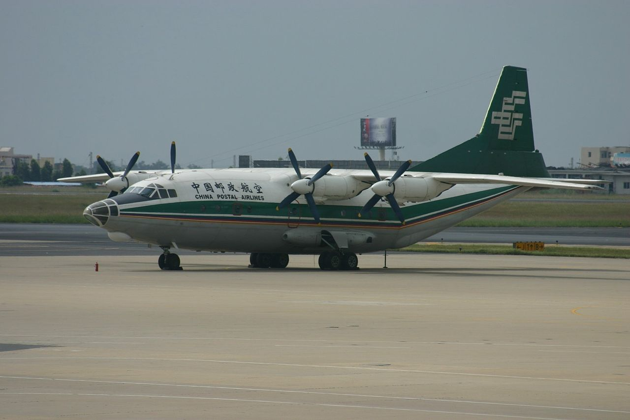 Shaanxi Y-8 de China Postal Airlines au sol