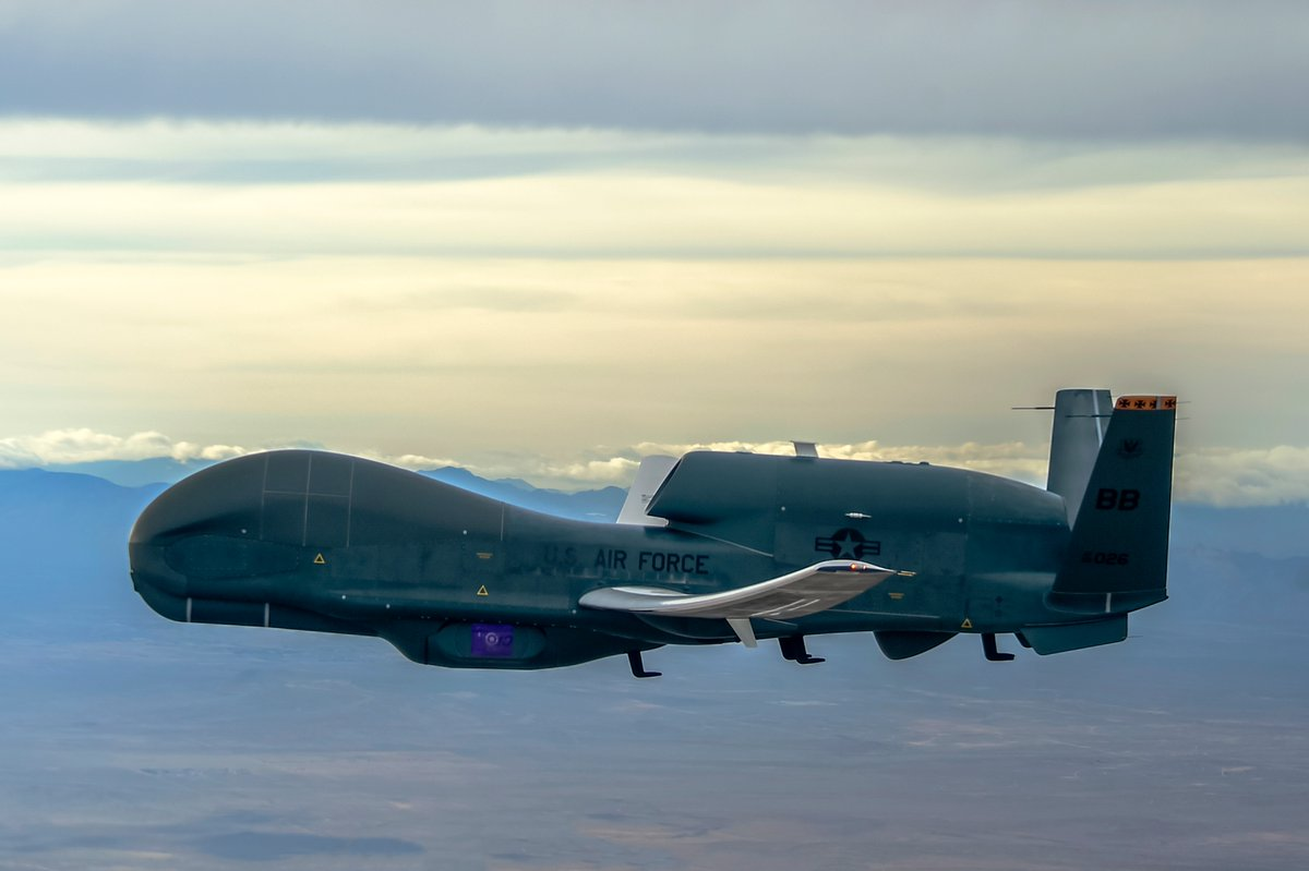 Northrop-Grumman RQ-4B Global Hawk en vol vu de côté