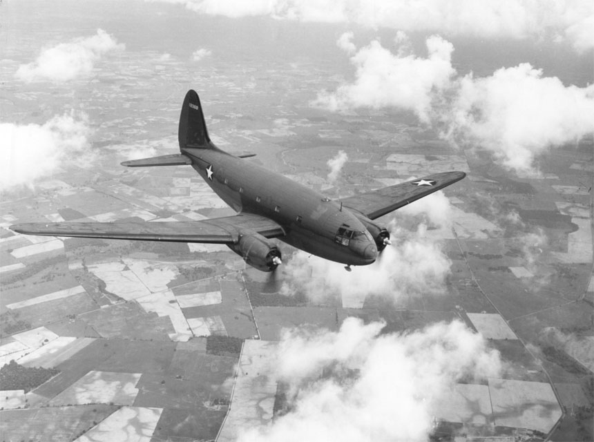 Curtiss C-46A Commando de l'USAAF en vol