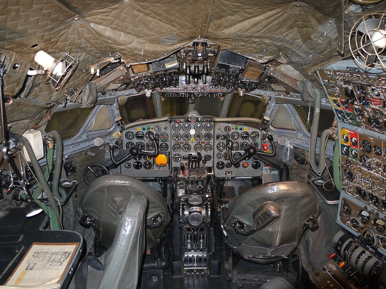 De Havilland DH-106 Comet 4 - Cockpit