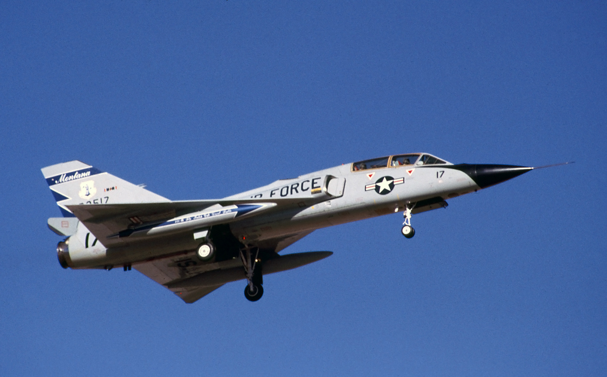 Convair F-106B Delta Dart en vol train sorti
