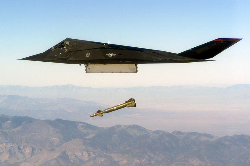 Lockheed F-117A Night Hawk de l'USAF en bombardement