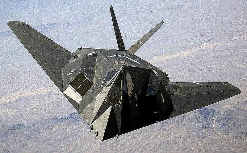 Lockheed F-117A Night Hawk en vol de face