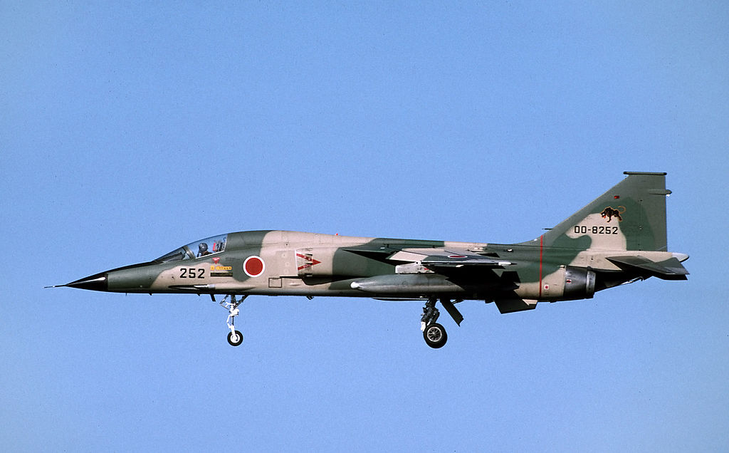 Mitsubishi F-1 japonais en vol train sorti