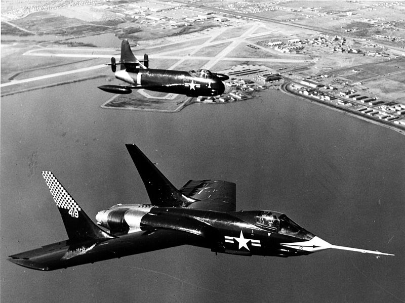 Vought F7U Cutlass (F7U-1) et F6U Pirate en formation