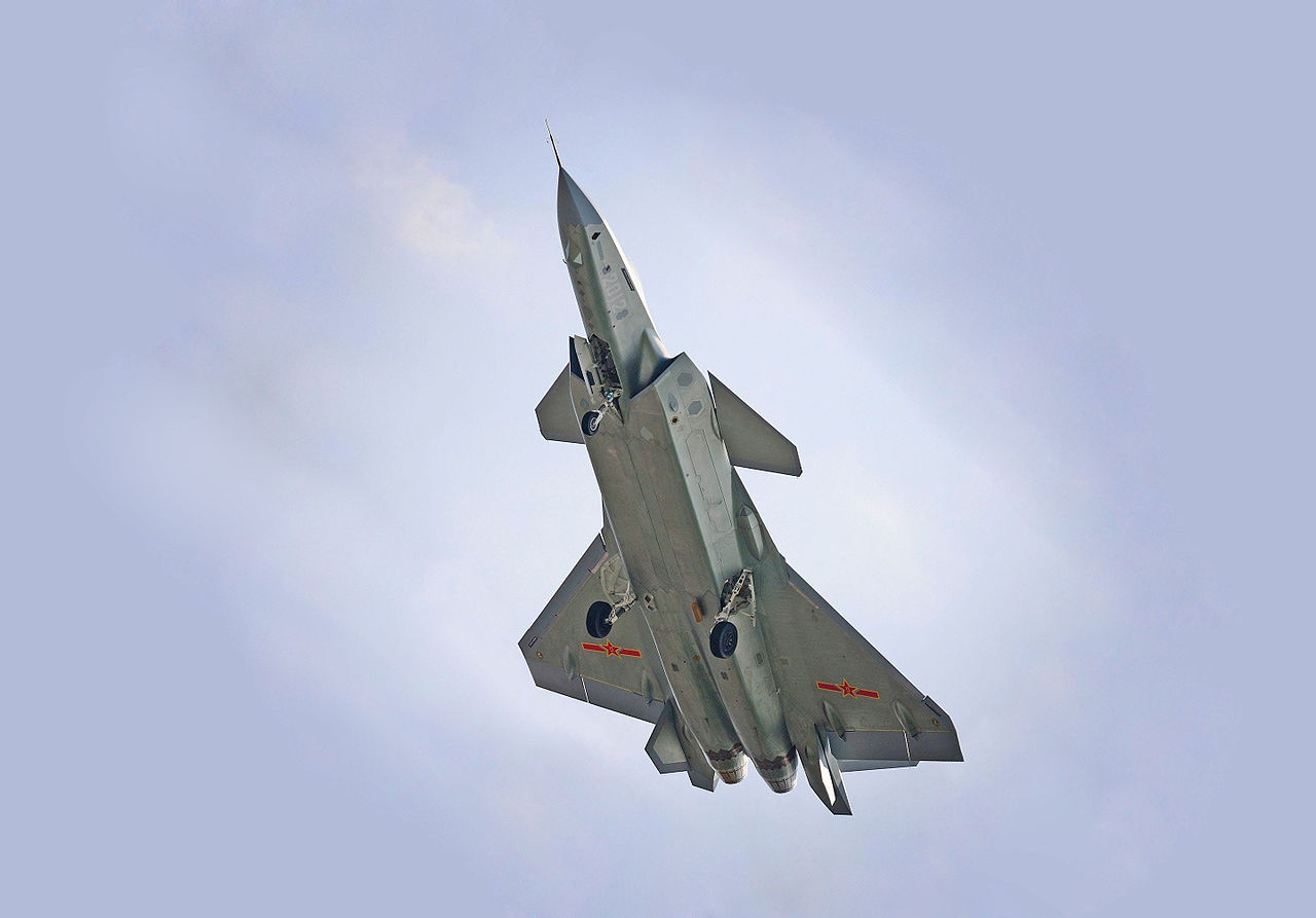 Chengdu J-20 en vol train sorti
