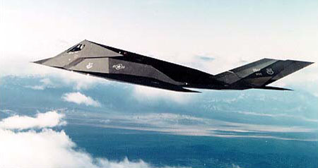 Lockheed F-117A Night Hawk en vol vu de profil