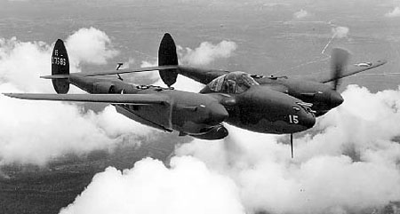 Lockheed P-38F Lightning en vol