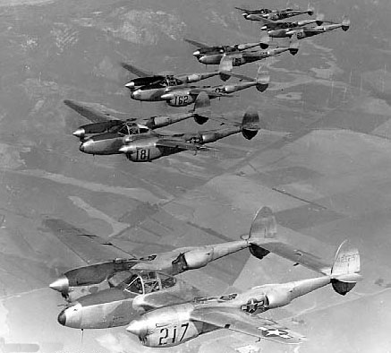 Lockheed P-38L Lightning en formation