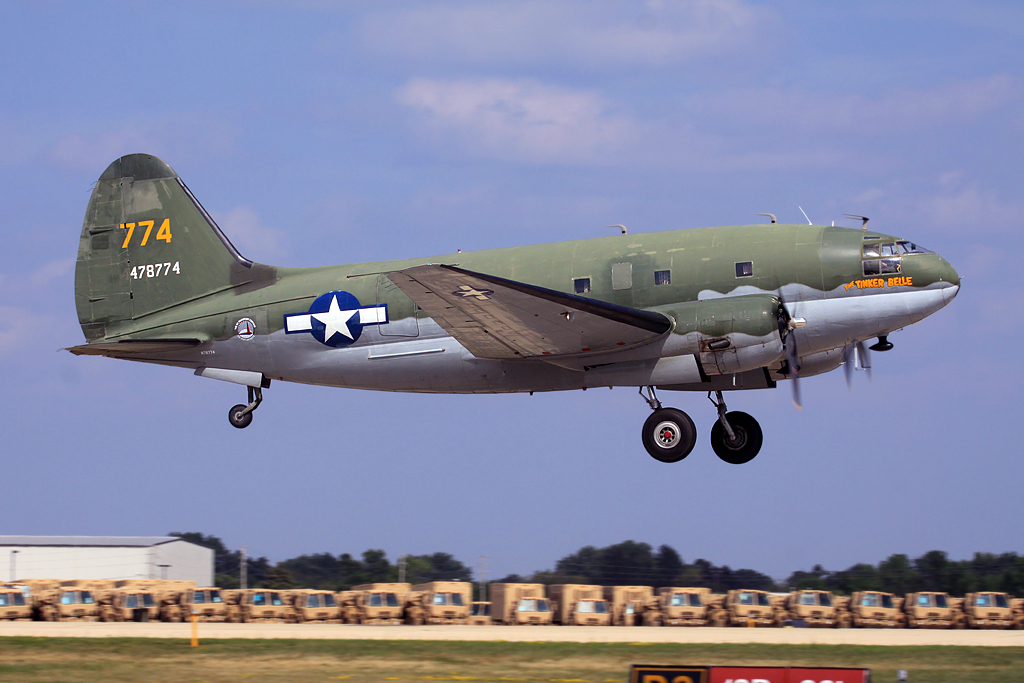 "Curtiss C-46F Commando ""Tinker Belle"" en vol train sorti"