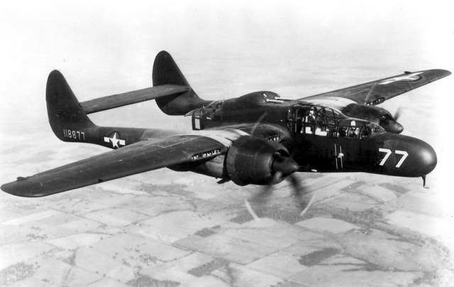 Northrop P-61 Black Widow (YP-61) en vol