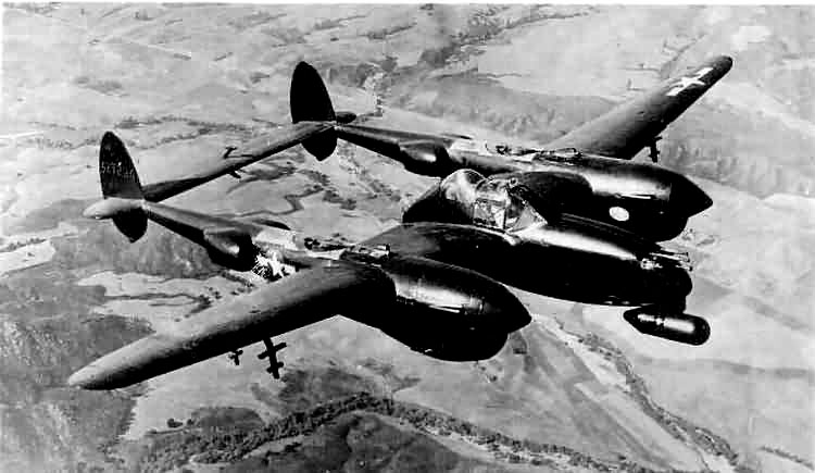 Lockheed P-38M Lightning en vol