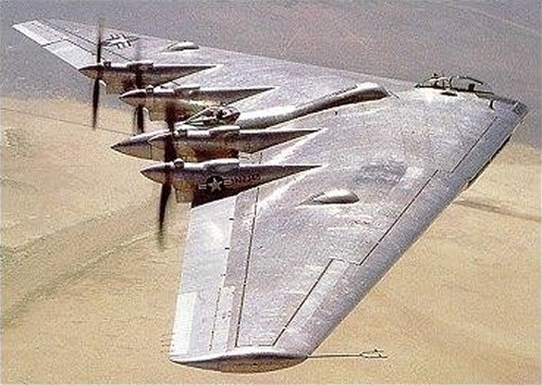 Northrop B-35 (XB-35) en vol en couleurs