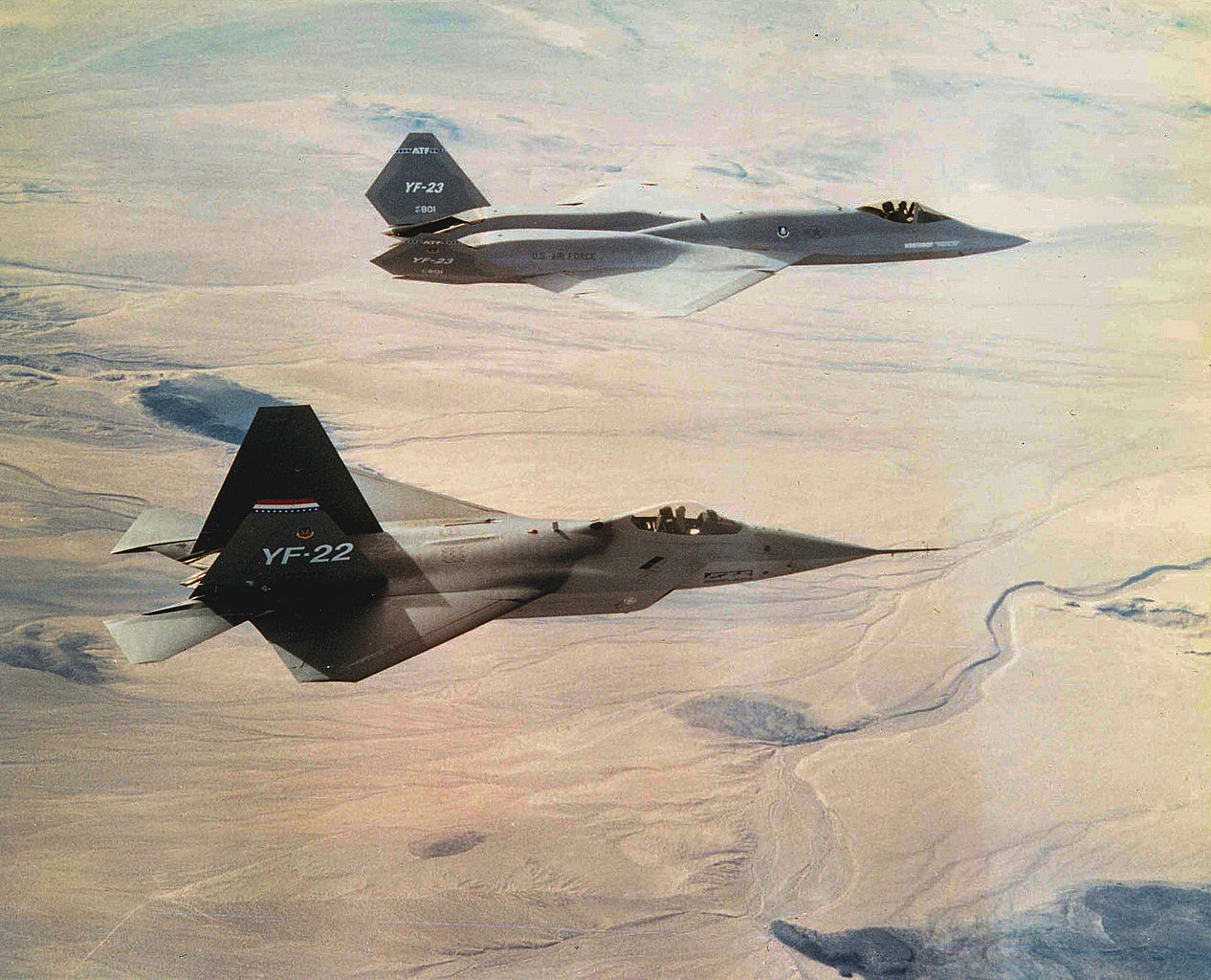 Northrop YF-23 Black Widow II en formation avec un YF-22